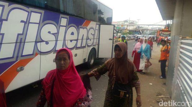 Bus Rombongan Ziarah Nyangkut di Jembatan Matraman, Lalin Macet