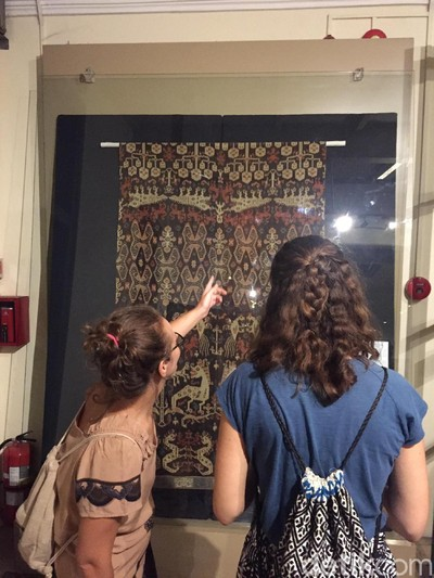 Pengunjung mengamati tenun di pameran Encounters with Bali: A Collectors Journey di Museum Tekstil Jakarta. (Foto: Daniel Ngantung/Wolipop)