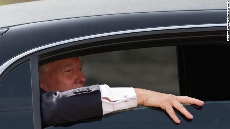 Donald Trump melihat ke luar mobilnya di New Hampshire, April 2011 lalu Foto: CNN