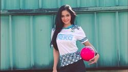 Kartika Berliana menghiasi layar kaca sebagai presenter dalam perhelatan Piala Dunia 2018 di Trans TV. Punya tubuh bugar, Kartika doyan fitness dan olahraga.