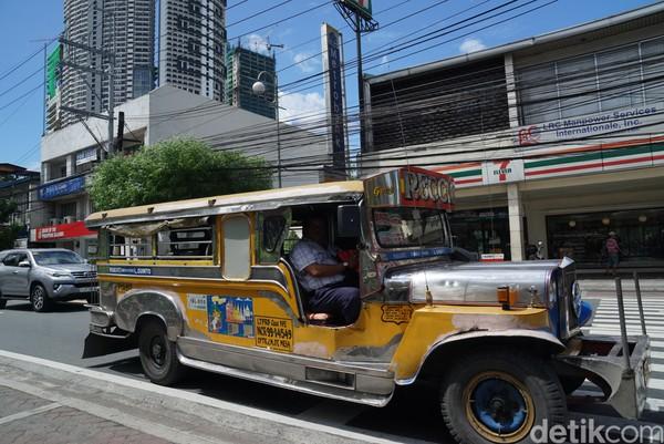 Jeepney sangat gampang ditemukan di Filipina karena bentuk, warna, dan ukurannya yang memang mencolok. Terus juga banyak Jeepney yang dipenuhi corak yang beragam dan stiker. (Syanti/detikTravel)