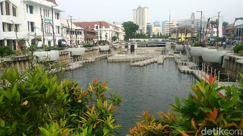 Foto: Perlahan tapi pasti, revitalisasi Kota Tua Jakarta makin menampakkan hasilnya. Yang terbaru, kawasan Kali Besar telah dipercantik dan dibuka untuk umum (Randy/detikTravel)