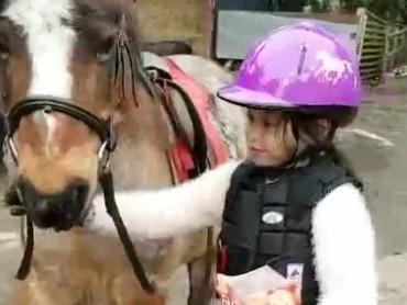 Chelsea sedang asyik bermain kuda nih. (Foto: Instagram @pevpearce)