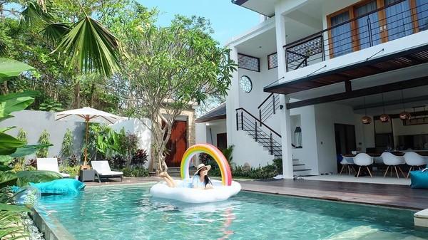 Mereka menginap di Villa Juna Bali. Ini merupakan villa mewah baru milik Titi Kamal dan Christian Sugiono (titi_kamall/Instagram)