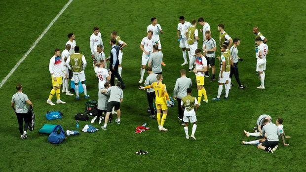 Para pemain Inggris usai babak kedua berakhir.