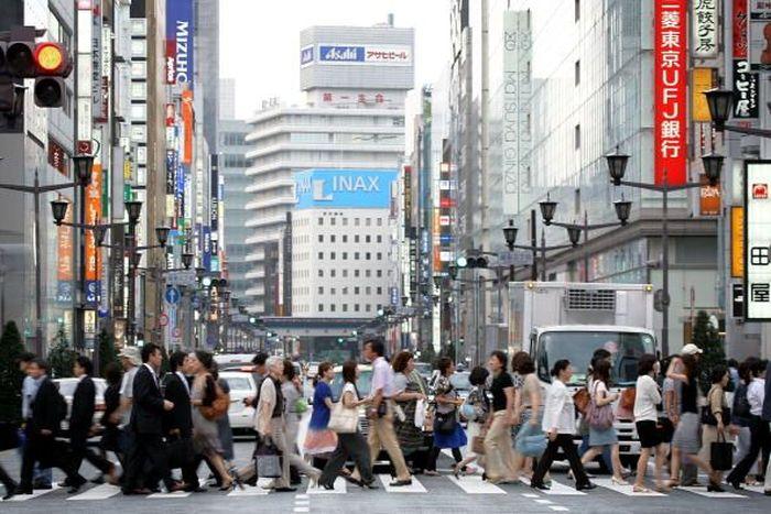 Tak jauh berbeda dengan New York. Tokyo juga menjadi kota paling sibuk yang ada di dunia. Selalu dipadati oleh para pekerja dan wisatawan, berbagai kegiatan ekonomi di Tokyo tak akan pernah padam dan selalu menarik minat masyarakat untuk datang bekerja atau sekadar berlibur. Kiyoshi Ota/Getty Images.