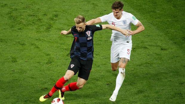 Ivan Rakitic sebagai gelandang jangkar Kroasia yang juga diandalkan membantu serangan timnya. (