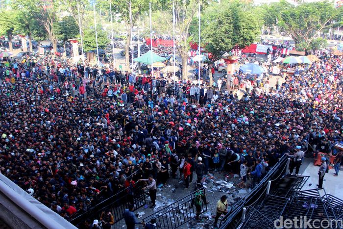Begini penampakan antusias warga untuk menyaksikan pertandingan Timnas Indonesia engan Malaysia pada semifinal Piala AFF U-19.