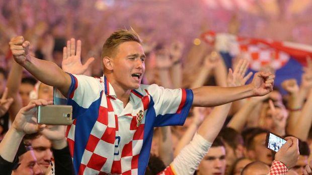 Suporter Kroasia merayakan keberhasilan Luka Modric dan kawan-kawan tampil di final Piala Dunia 2018.