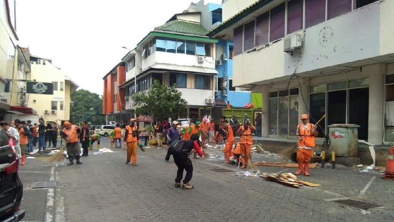 Pasukan Oranye Bersihkan Serpihan Ledakan di Ruko Grand Wijaya