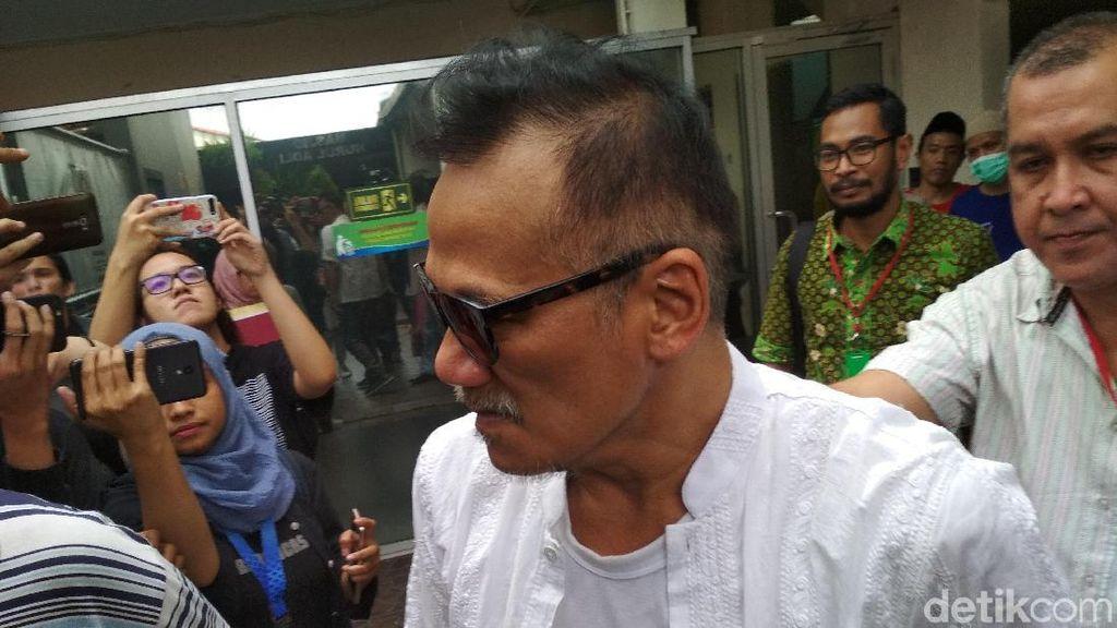 Jelang Sidang, Tio Pakusadewo Diberikan Topi hingga Ditemani Anak