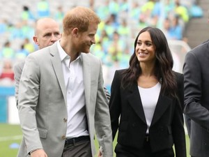 Pakai Sepatu Bolong ke Pernikahan Teman, Pangeran Harry Curi Perhatian