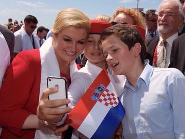 Yuk, wefie dulu sama Ibu Presiden Kroasia. Cekrek! (Foto: Instagram @presjednicarh)