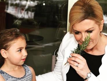 Hi-hi si kecil cantik ini terpana melihat Presiden Kroasia. (Foto: Instagram @presjednicarh)