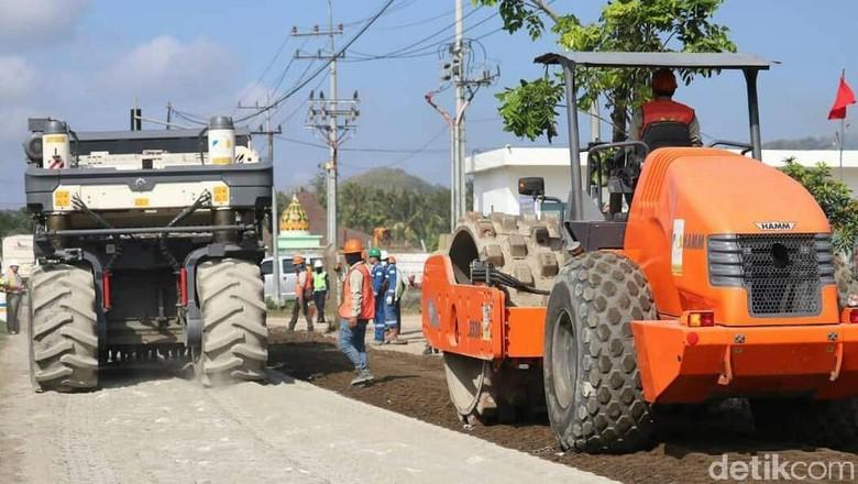 Perbaikan Jalan Menuju Pulau Merah Hampir Rampung
