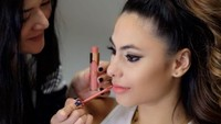 Valerie merilis lipstik cair bermerek Val dan kerap dibandingkan dengan milik Aurel.Dok. Instagram/valerieethomas