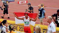Lalu Muhammad Zohri memegang bendera Merah Putih setelah menang medali emas di ajang kejuraan dunia.