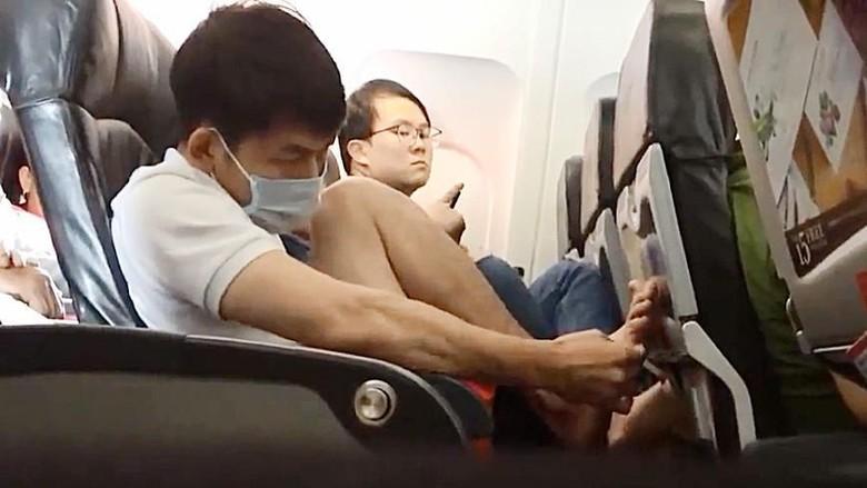 Penumpang pesawat yang berlaku tak sopan (Youtube)