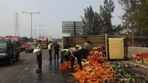 Truk Bawa Saus Terguling di Tol Wiyoto Wiyono karena Pecah Ban