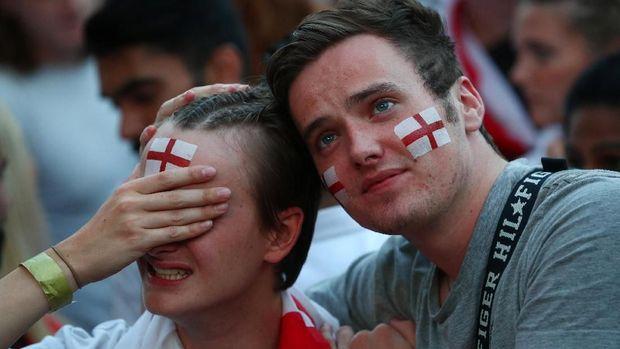 Fan Inggris bersedih usai pertandingan.
