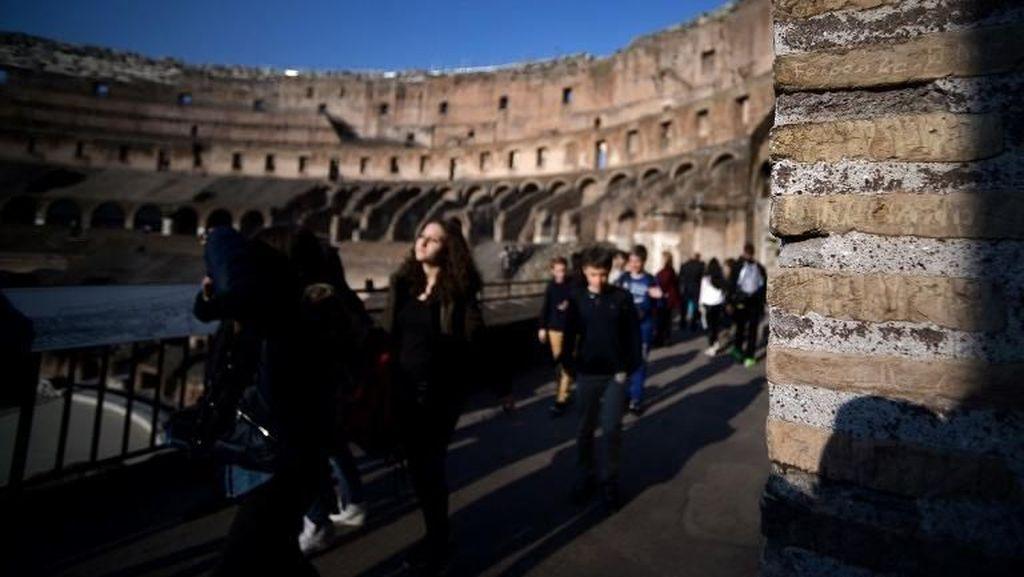 Turis Remaja Kepergok Nyuri Batu Bata Kuno Colosseum