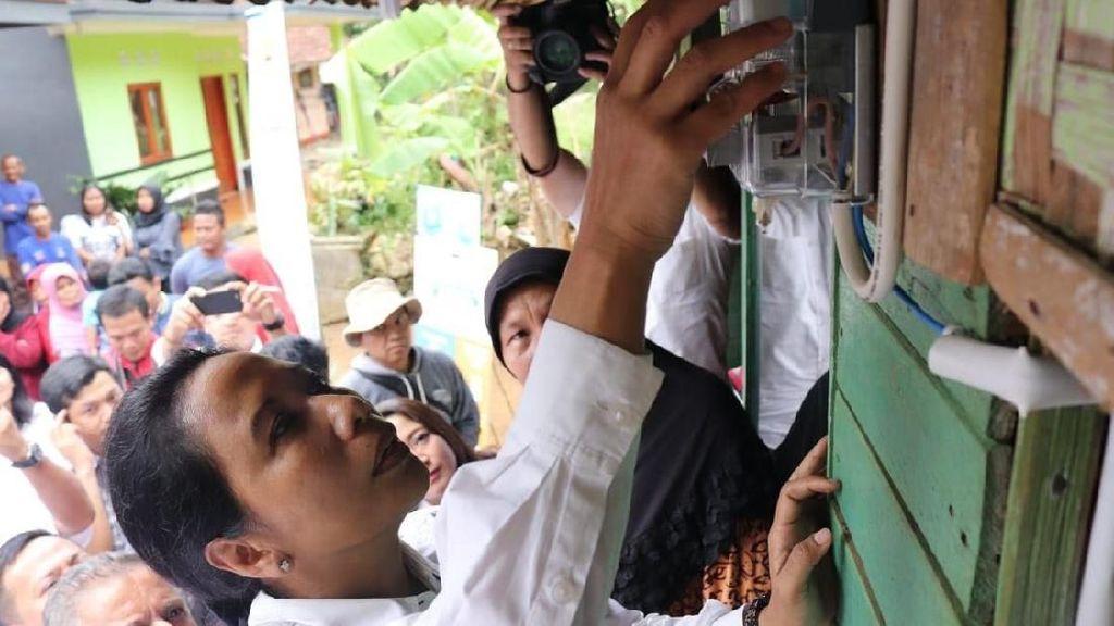 Rini Sambung Listrik untuk Warga Kurang Mampu di Tasikmalaya