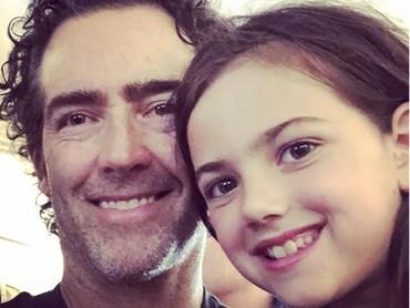 Abby bersama sang ayah. Mirip ya matanya? (Foto: Instagram @abbyryderfortson)