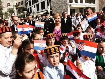 Kolinda sebelum menjadi Presiden Kroasia menjabat sebagai menteri luar negeri. Oh iya, belakangan ini dia juga menjadi pembicaraan karena membeli tiket ekonomi untuk mendukung Timnas Kroasia di Piala Dunia 2018. Ia juga mendatangi ruang ganti pemain dan memberikan pelukan sebagai bentuk dukungan. (Foto: Instagram @presjednicarh)