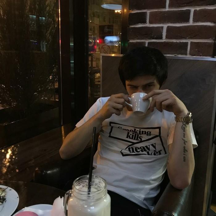 Pria berusia 23 tahun ini ternyata gemar ngopi. Lihat saja gaya manis Sardar saat menyesap secangkir kopi kopi hangat ini. Ia bahkan sengaja mengedipkan matanya! Foto: Instagram sardar_azmoun