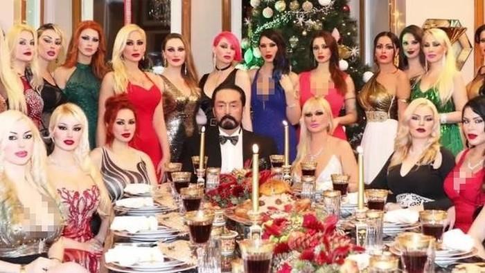 Harun Yahya bersama pengikutnya (hurriyetdailynews.com)