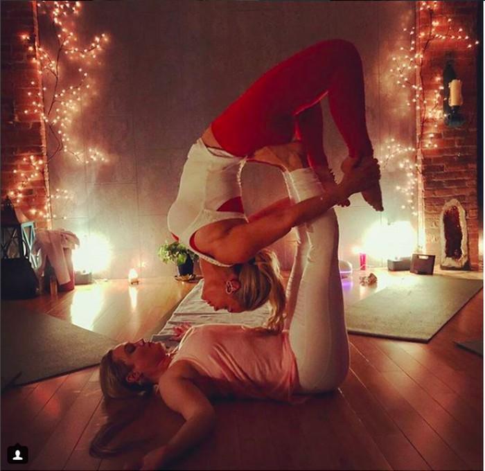 Yoga adalah salah satu pilihannya dalam berolahraga. Foto: instagram/coco
