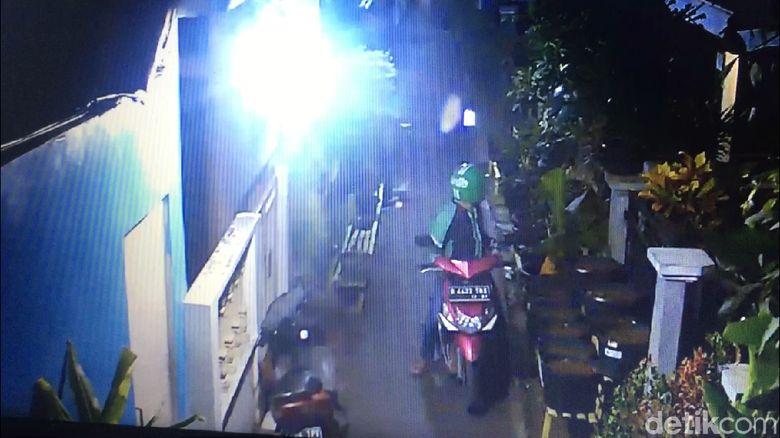 Aksi Pencurian Motor di Cipinang Terekam CCTV