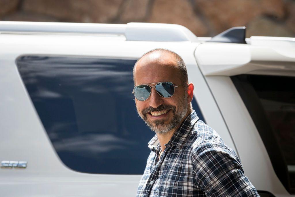 CEO Uber Dara Khosrowshahi tampil dengan pakaian biasa saja di Sun Valley Resort, sebuah tempat eksklusif di Idaho. Ia turut menghadiri perhelatan tahunan elit yang diselenggarakan bank investasi Allen & Company. Foto: Getty Images