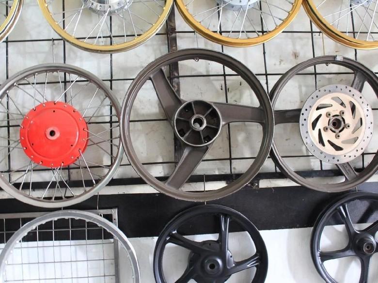Pelek motor jari-jadi dan palang Foto: Khairul Imam Ghozali