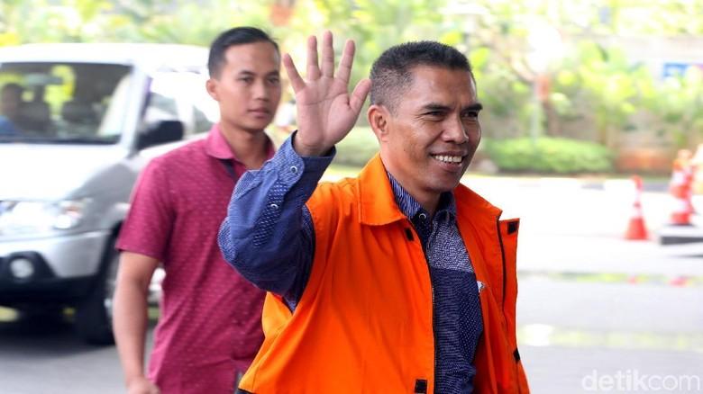 Diperiksa KPK, Ketua DPRD Kota Malang Dadah-dadah