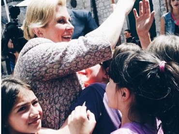 Anak-anak memang bisa membawa keceriaan dan kebahagiaan. Tuh lihat sang Ibu Presiden Kroasia happy banget saat ber-high five dengan anak-anak. (Foto: Instagram @presjednicarh)