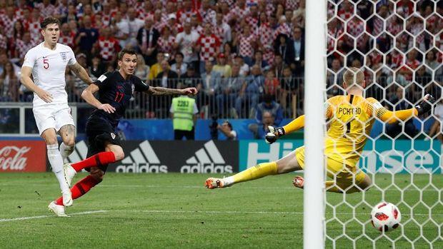 Mario Manduzkic membobol gawang Inggris.