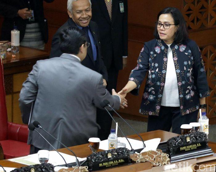 Menteri Keuangan Sri Mulyani terlihat sedang berjabat tangan dengan Wakil Ketua DPR Utut Adianto usai rapat paripurna digelar di Ruang Rapat Paripurna, Gedung Nusantara II DPR, kompleks parlemen, Senayan, Jakarta, Kamis (12/7/2018).