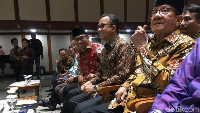 Ketua Dewan Penasehat Majelis Nasional KAHMI Akbar Tandjung dan Gubernur DKI Jakarta Anies Baswedan di halalbihalal Kahmi. (Indra-detikcom)
