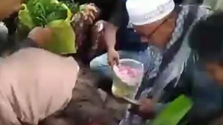 Suasana Haru di Pemakaman Rizky Korban King Cobra