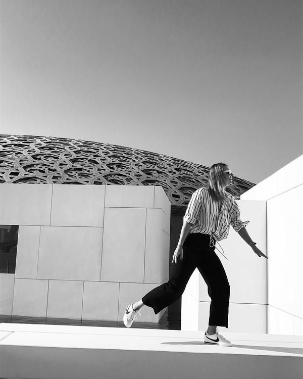 Dia juga berkunjung ke Museum Louvre. Tapi ini bukan Louvre di Paris, melainkan Abu Dhabi, UEA (mariasharapova/Instagram)
