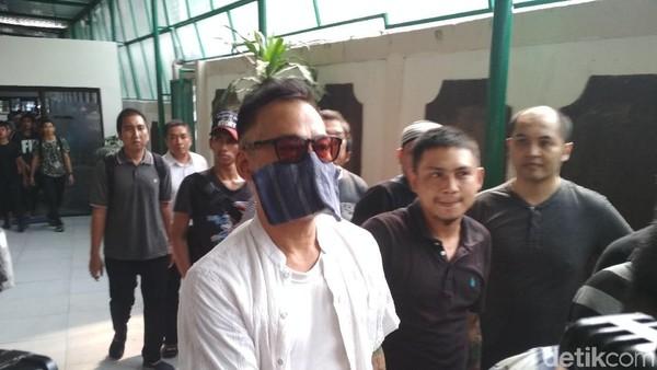 Tio Pakusadewo Tiba di PN Jaksel dalam Kondisi Sakit