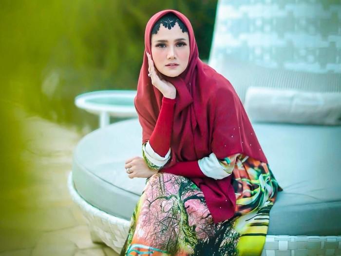 Mulan Jameela pakai ciput menyerupai paes Jawa. Foto: Agung Wibowo