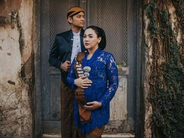 Vicky Shu selalu punya ide unik dan menarik untuk mengabadikan momen kehamilannya. Bisa jadi inspirasi nih, Bun. (Foto: Instagram/rezaprabowophoto via vickyshu)