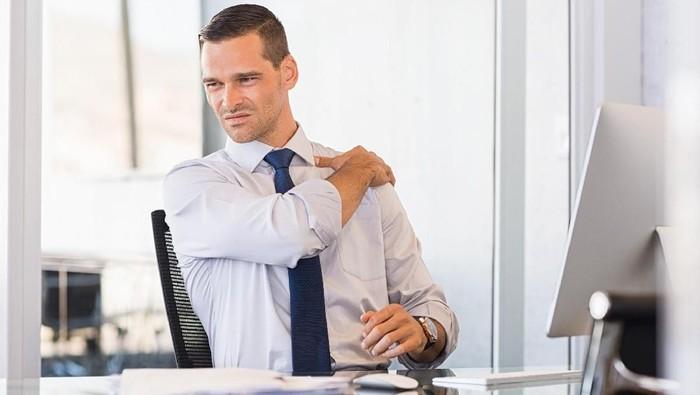 Nyeri bahu karena kelamaan duduk di kantor bisa melakukan hal ini/Foto: Thinkstock