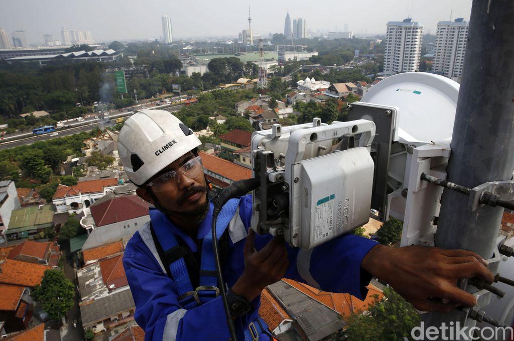Seorang teknisi XL Axiata sedang melakukan pemeliharaan perangkat BTS (Base Transceiver Station) di sebuah tower yang berada di bilangan Bendungan Hilir, Jakarta, Jumat (13/7).