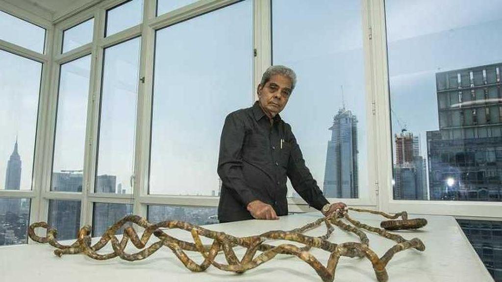 Punya Rekor Terpanjang di Dunia, Kuku 9 Meter Pria Ini Dipotong!