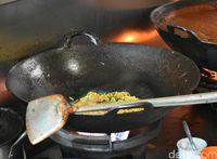 Proses pembuatan mi goreng Aceh.