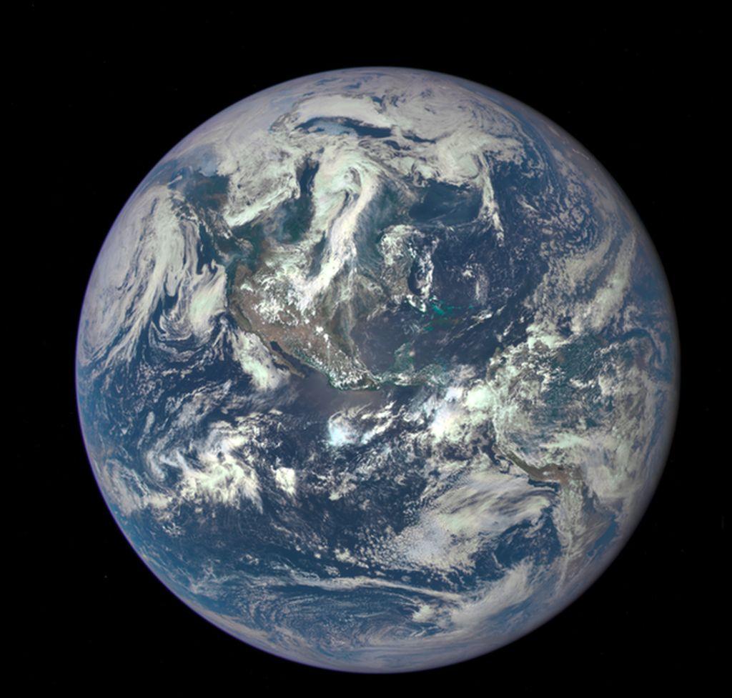 The Epic Earth: Nama ini diambil dari singkatan kamera yang menangkap gambar tersebut, yaitu Earth Polychromatic Imaging Camera (EPIC). Foto ini diambil pada 6 Juli 2015 dengan jarak 1,6 juta km dari Bumi. Foto: NASA