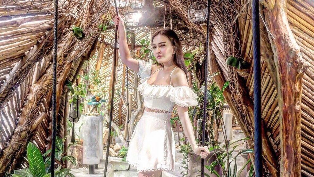 Foto: Gaya Artis Indonesia Tiru Pose Barbie Feet yang Tren di Instagram
